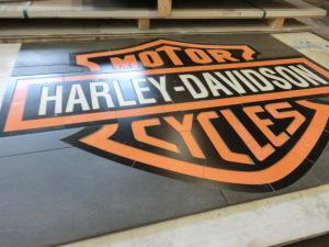 Harley-Davidson logga i vattenskurna klinkerplattor